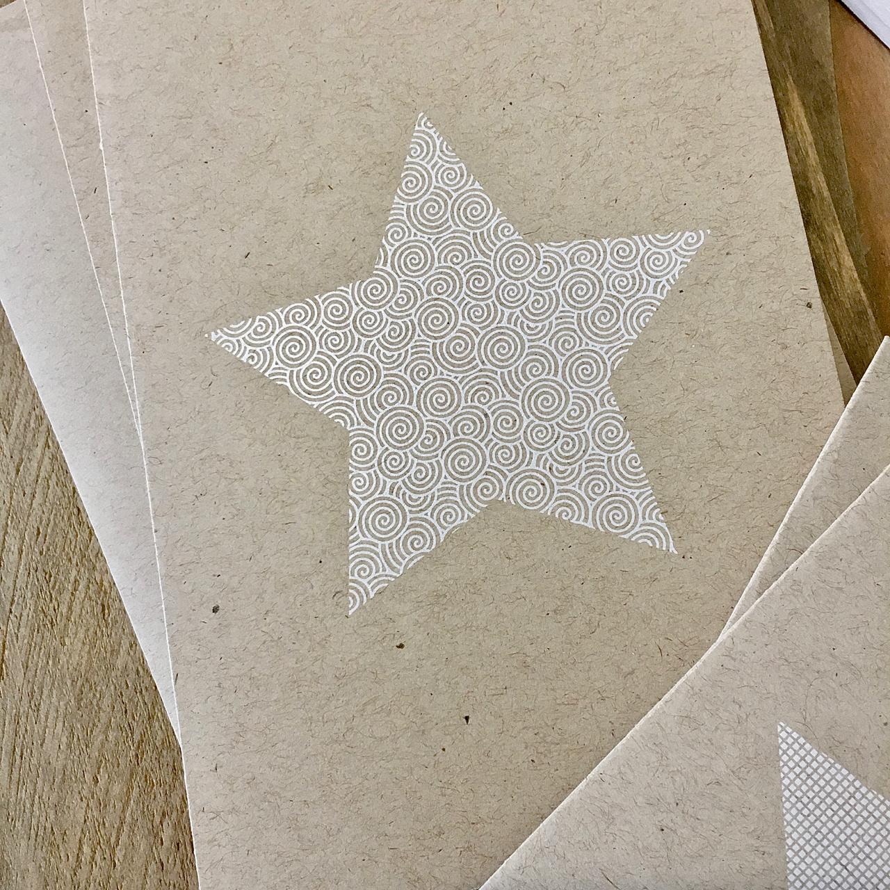 Die neue Kollektion von Weihnachtskarten ist da – weiße Sterne auf Naturpapier